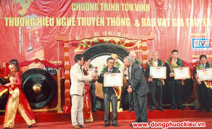 Nghệ nhân đúc đồng Dương Ngọc Tiển trong lễ tôn vinh nghề truyền thống
