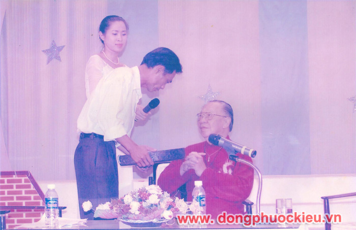 Nghệ nhân Dương Ngọc Tiển gặp gỡ trao tặng chiêng đồng kỹ niệm với giáo sư